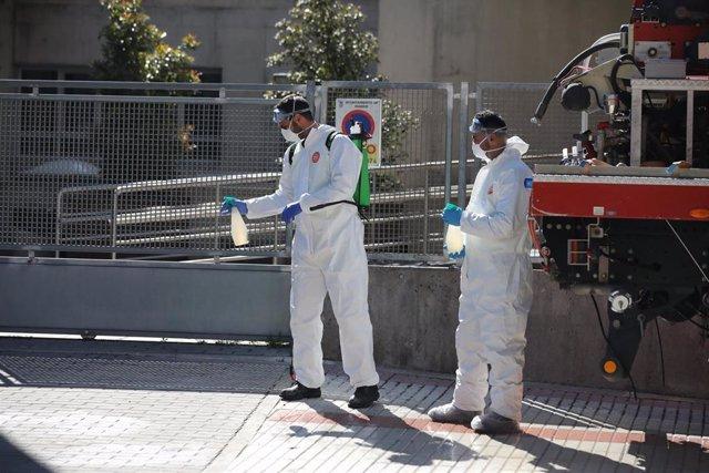 Varios militares de la UME preparan material desinfectante