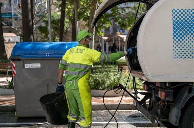 Un operario de los servicios de limpieza de Barcelona.