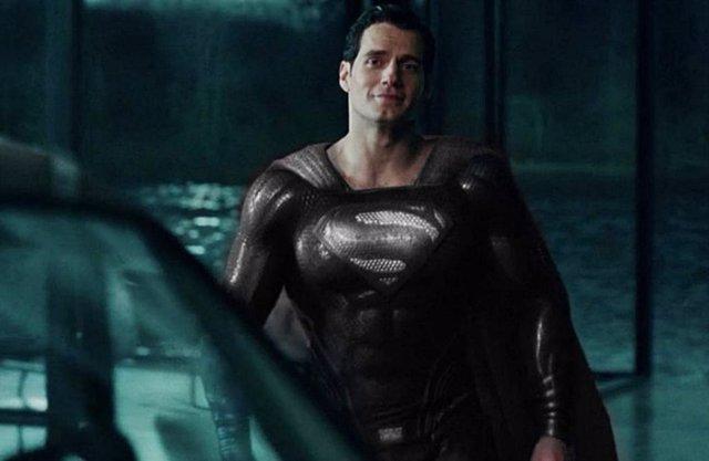 El Superman de Henry Cavill viste su traje negro (Superman Black Suit) en Liga de la Justicia