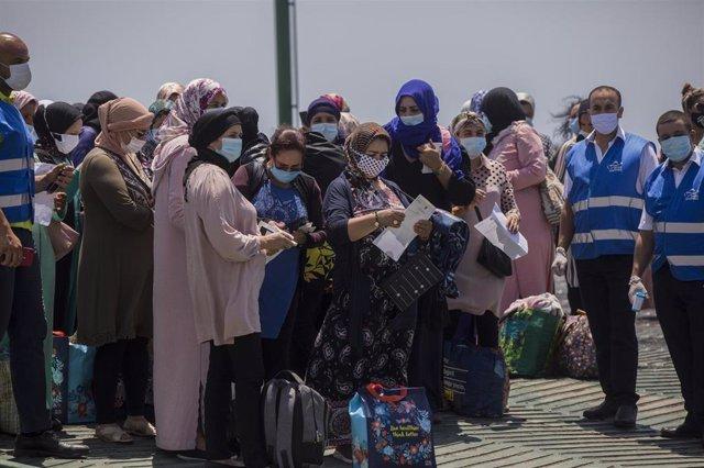 Varias temporeras marroquíes embarcan desde el Muelle Sur del Puerto de Huelva rumbo a Marruecos.