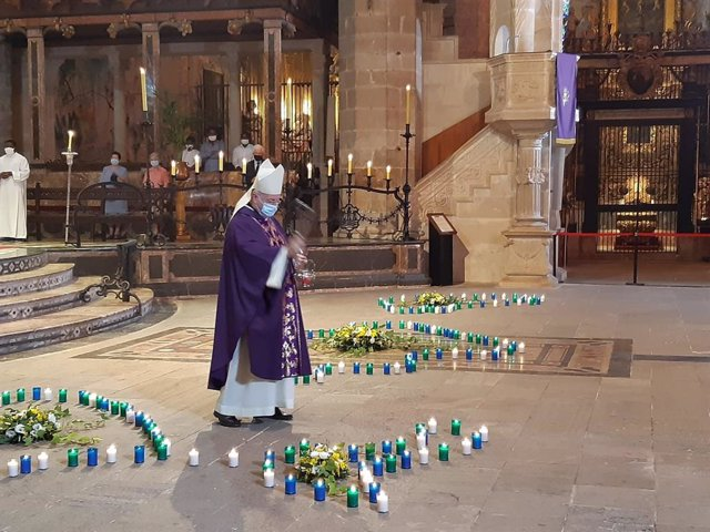 El obispo de Mallorca, Sebastià Taltavull, bendice las velas que homenajean a las víctimas de la COVID-19 en Baleares.