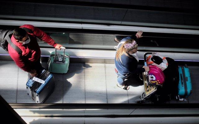 Passatgers amb maletes en l'acabar T4 de l'Aeroport Adolfo Suárez Madrid Barajas, a Madrid