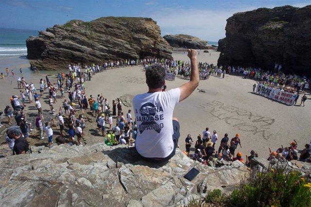 Los trabajadores de Alcoa toman, junto a sus familias, la emblemática playa de As Catedrais, en Ribadeo, Lugo (Galicia), a 26 de julio de 2020