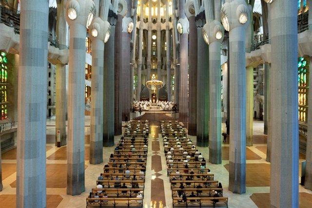 Vista general dels assistents a la celebració de la primera missa en la Sagrada Família des de l'inici de l'estat d'alarma, oficiada pel cardenal Juan José Omella.