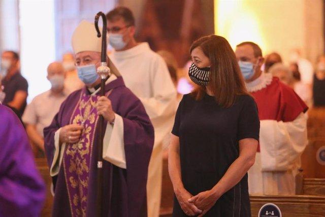 La presidenta del Govern balear, Francina Armengol, asiste a la misa funeral en La Seu por las víctimas de la COVID-19.