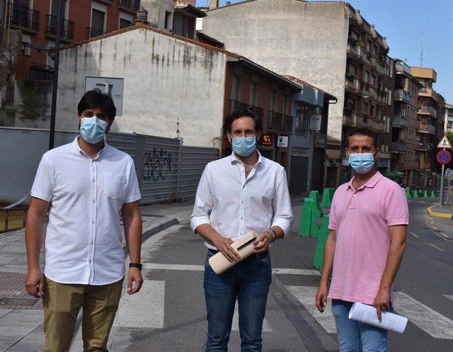 El alcalde de Monzón, Isaac Claver, junto con los concejales de Urbanismo y Medio Ambiente, Raúl Castanera y Miguel Hernández.