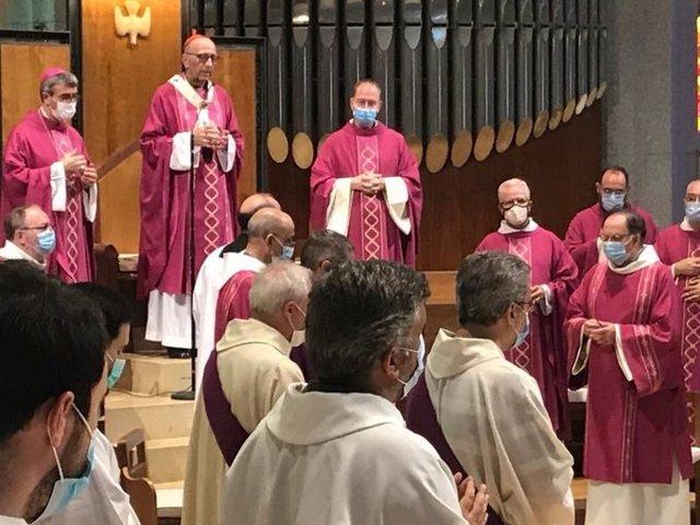 El arzobispo de Barcelona y cardenal, Juan José Omella, en la misa por las víctimas del coronavirus en la Sagrada Familia de Barcelona.