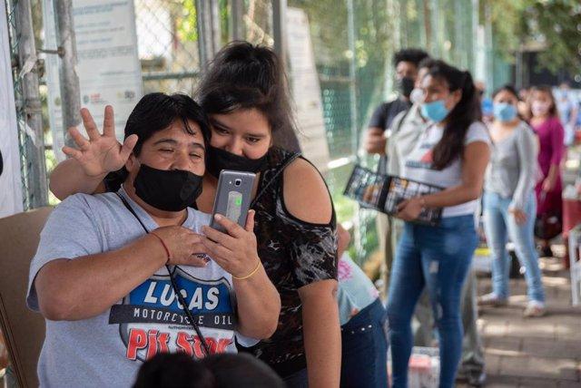 Dos personas con mascarilla en México por el coronavirus.
