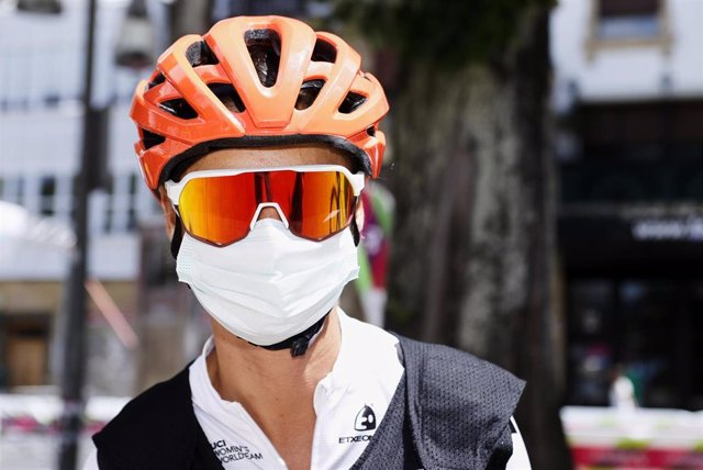 Ciclista con mascarilla en una imagen de archivo.