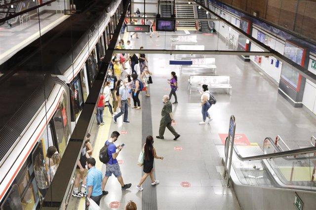 Foto recurso de pasajeros en una estación de Metro de Madrid