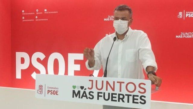 El portavoz del PSOE de Extremadura, Juan Antonio González, en rueda de prensa en Mërida