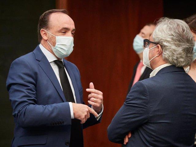 Los parlamentarios de Navarra Suma Javier Esparza (i) y Carlos Pérez-Nievas.