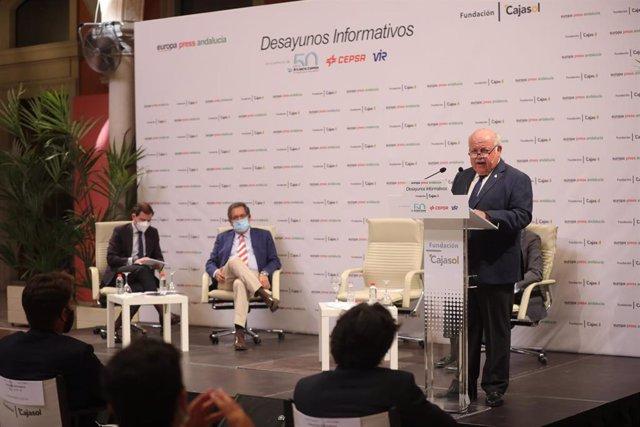 El consejero de Salud y Familias, Jesús Aguirre (d), durante su intervención en los desayunos informativos de Europa Press Andalucía, con el patrocinio de Fundación Cajasol, Atlantic Copper, Cepsa y Laboratorios Vir
