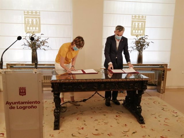 La teniente de alcalde, Eva Tobías Olarte, y el rector de la Universidad de La Rioja, Julio Rubio, firman la renovación con la Universidad de la Experiencia.
