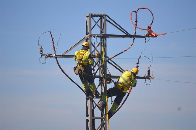 Instalación de protecciones en tendidos eléctricos - Imagen de archivo