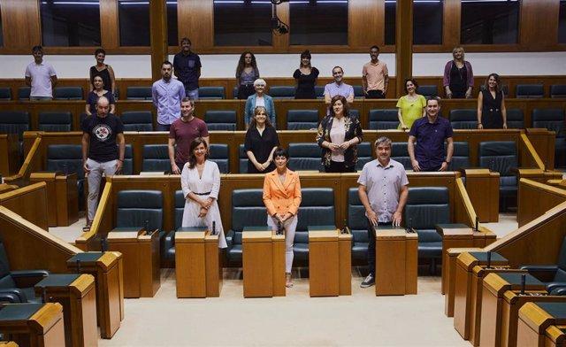 Los 21 parlamentarios vascos electos por EH Bildu han entregado este lunes sus credenciales en la Cámara de Vitoria,