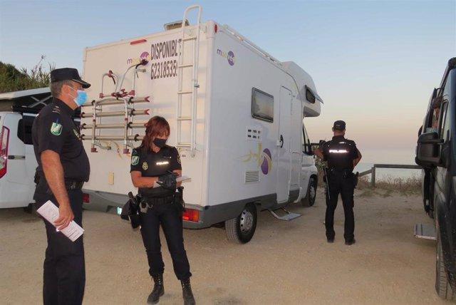 Policías multando por acampada ilegal en Tarifa