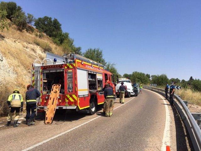 Imagen de la intervención de los Bomberos en la carretera de Fuensaldaña tras colisionar una furgoneta y una grúa.