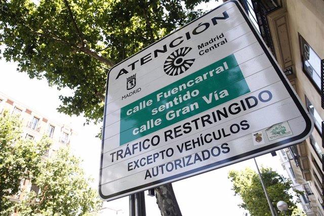 Una señal indicando la entrada a la zona de Madrid Central, en la que se indica que el tráfico es restringido excepto para vehículos autorizados.