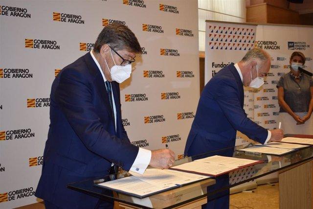 El vicepresidente y consejero del Gobierno de Aragón, Arturo Aliaga, y el director general de Fundación Ibercaja, José Luis Rodrigo, firman dos convenios de colaboración.