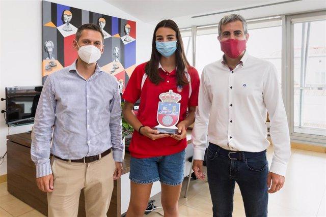 La jugadora de voley playa Ana Vergara junto al vicepresidente de Cantabria, Pablo Zuloaga (derecha) y al director general de Deportes, Mario Iglesias (izda)