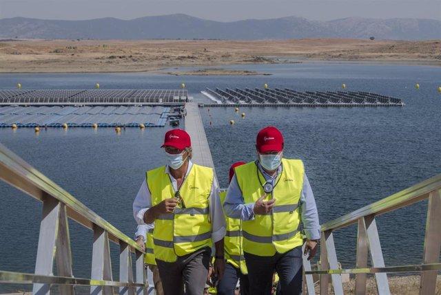 El presidente de Acciona, José Manuel Entrecanales, y el presidente de Extremadura, Guillermo Fernández Vara, inauguran la primera planta fotovoltaica flotante del país