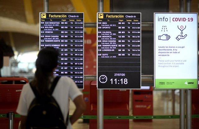 Un pasajero observa un panel de facturación en la terminal T1 del Aeropuerto de Madrid-Barajas Adolfo Suárez, en Madrid (España), a 27 de julio de 2020.