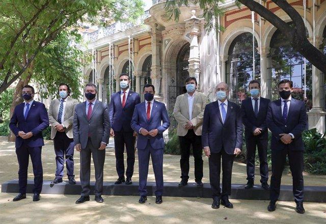 Reunión del presidente de la Junta de Andalucía, Juanma Moreno, con los alcaldes de las ocho capitales de provincia, este lunes en Sevilla