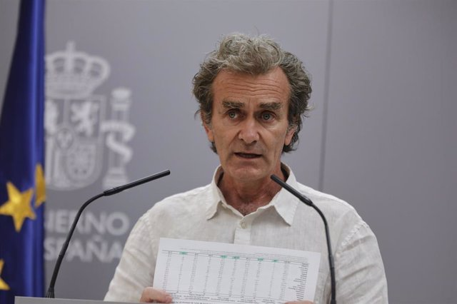 El director del Centro de Coordinación de Alertas y Emergencias Sanitarias (CCAES), Fernando Simón, muestra unos gráficos durante una rueda de prensa para informar de la evolución de la COVID-19, en Madrid (España), a 16 de julio de 2020.