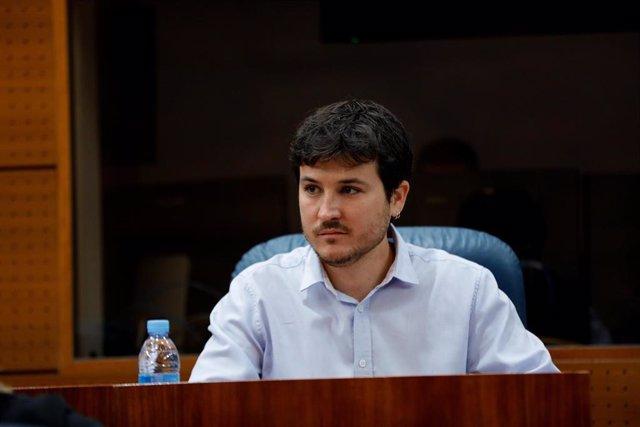 El portavoz de MásMadrid en la Asamblea de la Comunidad de Madrid, Pablo Gómez Perpinyà, durante la sesión plenaria en la que se debaten los planes de la Comunidad de Madrid ante el fin del estado de alarma, en Madrid, (España), a 18 de junio de 2020.