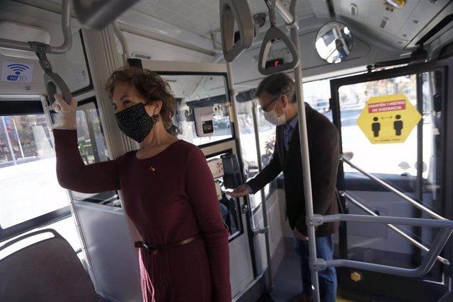 La ministra de Transportes de Chile, Gloria Hutt, y el alcalde de Las Condes, Joaqu n Lav n, en un autobús durante la pandemia de coronavirus