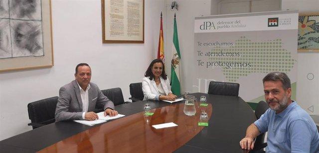 Martínez (izda.) durante la reunión en la Oficina del Defensor del Pueblo Andaluz.