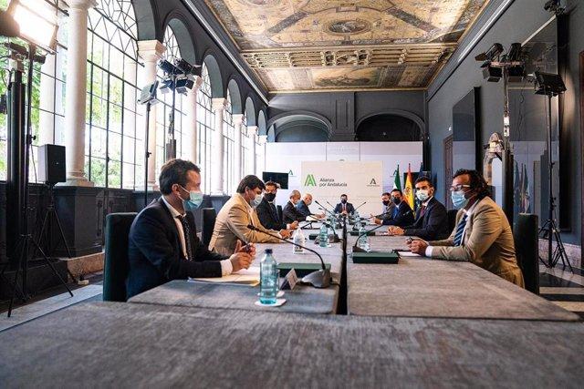 Mesa de los alcaldes con Juanma Moreno