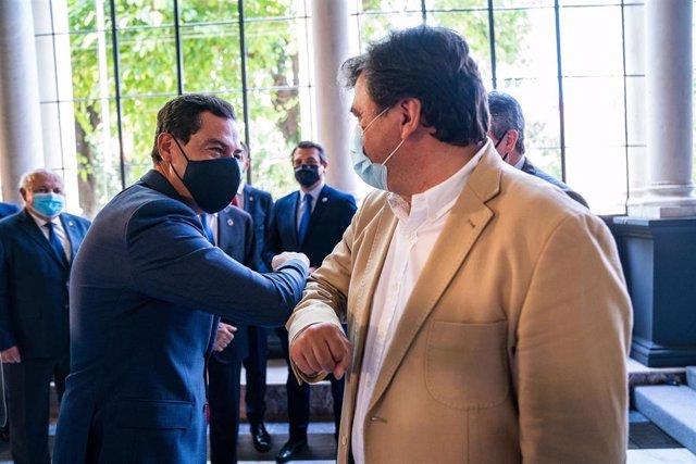 El alcalde de Huelva, Grabriel Cruz, saluda al presidente de la Junta, Juanma Moreno.