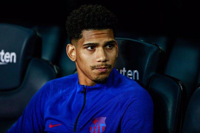 Fútbol.- Ronald Araujo tiene un esguince de tobillo y es duda para la 'Champions