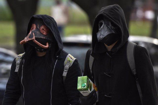 Dos personas con máscaras en Buenos Aires, Argentina, durante la pandemia del coronavirus.