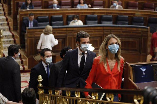 El presidente del Partido Popular, Pablo Casado, y la portavoz, Cayetana Álvarez de Toledo, llegan a la primera sesión de control al Gobierno en el Congreso de los Diputados tras el estado de alarma, en Madrid (España), a 24 de junio de 2020. El Congreso