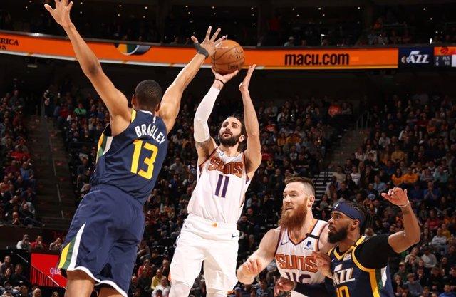 Ricky Rubio lanza durante el Jazz - Suns de la temporada 2019-2020 de la NBA