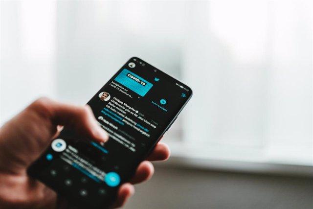 Aplicación de Twitter en un móvil.