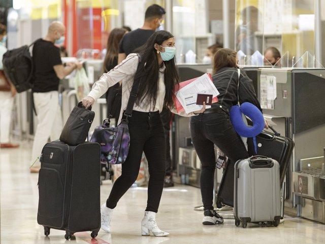 Una pasajera desplaza su maleta en la Terminal T4 del Aeropuerto Adolfo Suárez. En Madrid (España), a 5 de junio de 2020.