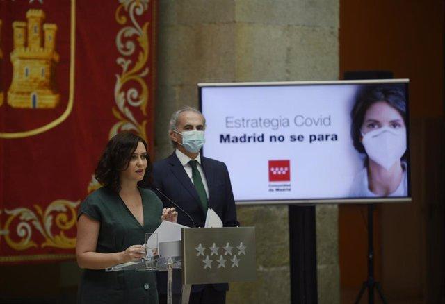 La presidenta de la Comunidad de Madrid, Isabel Díaz Ayuso, junto al consejero de Sanidad, Enrique Ruiz Escudero, durante la presentación de la estrategia de continuidad del Covid-19, en la Casa de Correos, Madrid (España), a 28 de julio de 2020.