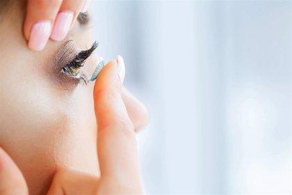 Los ópticos recomiendan a los 3 millones de españoles que usan lentillas que extremen la higiene