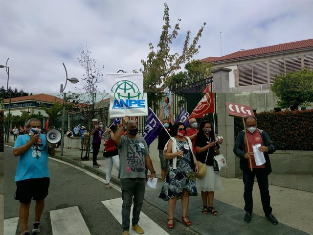 Protesta de profesorado ante la Xunta contra el protocolo del próximo curso escolar