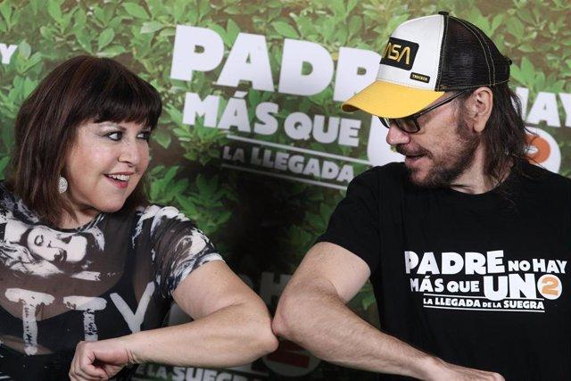 Los actores Loles León y Santiago Segura durante el photocall de la película 'Padre no hay más que uno 2. La llegada de la suegra' en el  Gran teatro Príncipe Pío, en Madrid (España), a 28 de julio de 2020.