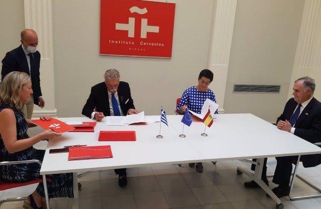 En el centro, la ministra de Exteriores, Arancha González Laya, y el presidente de la Comunidad Israelita de Salónica, David Saltiel. Junto a ellos, la directora del Instituto Cervantes de Atenas, Cristina Conde de Beroldingen y el embajador de España.