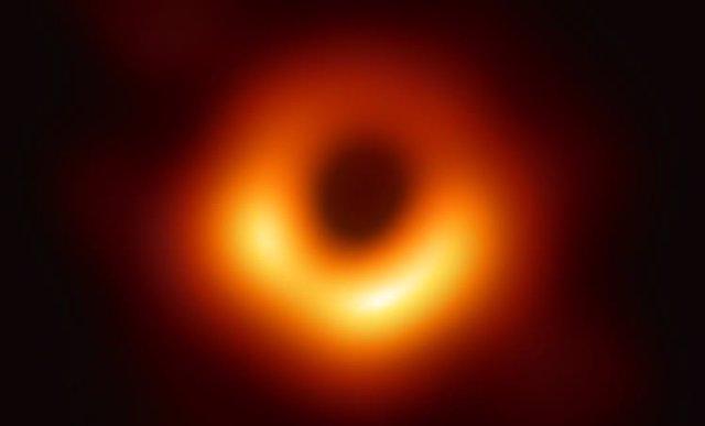 Primera imagen real en la historia de un agujero negro supermasivo ubicado en el centro de la galaxia M87