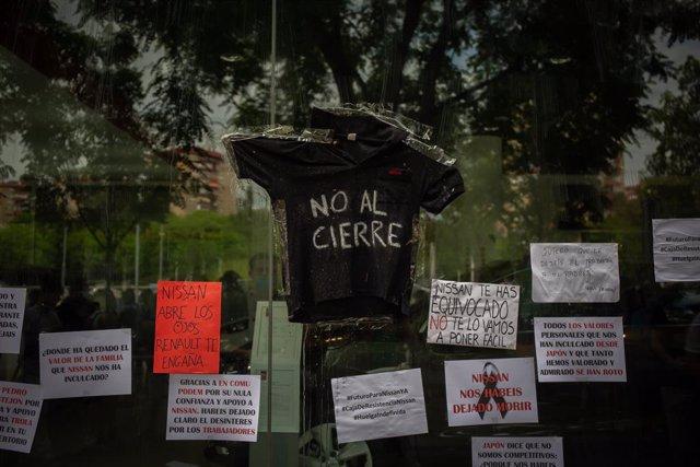 Trabajadores de Nissan cuelgan carteles como signo de protesta en el corte que han realizado en la Gran Vía de L'Hospital (Barcelona) ), a 29 de mayo de 2020.