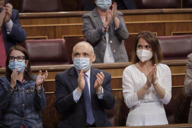 La portaveu del Grup Socialista al Congrés dels Diputats, Adriana Lastra; i el secretari general del Grup Socialista al Congrés Rafael Simancas, a l'hemicicle.