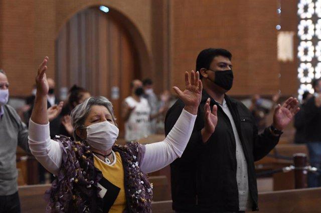 Feligreses con mascarilla en una misa en la Basílica de Nuestra Señora Aparecida de Sao Paulo