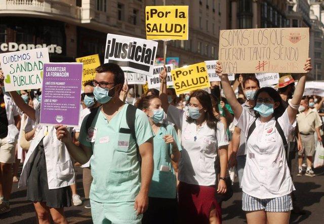 Participantes portan pancartas reivindicativas en una manifestación de los médicos internos residentes (MIR) en Madrid (España), a 27 de julio de 2020.